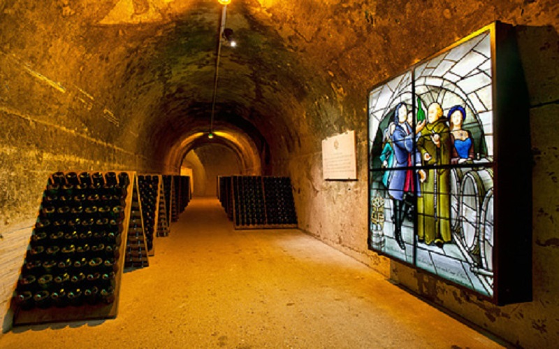 C6CJF4 Champagne bottles in pupitre, Taittinger champagne cellar, France